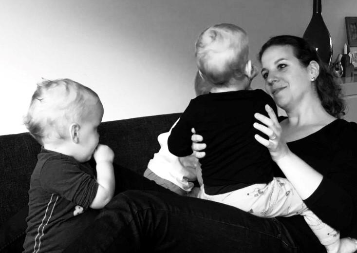 Op deze afbeelding: Opzeggen van mijn baan zorgt er nu voor dat ik kan knuffelen met mijn jongens,